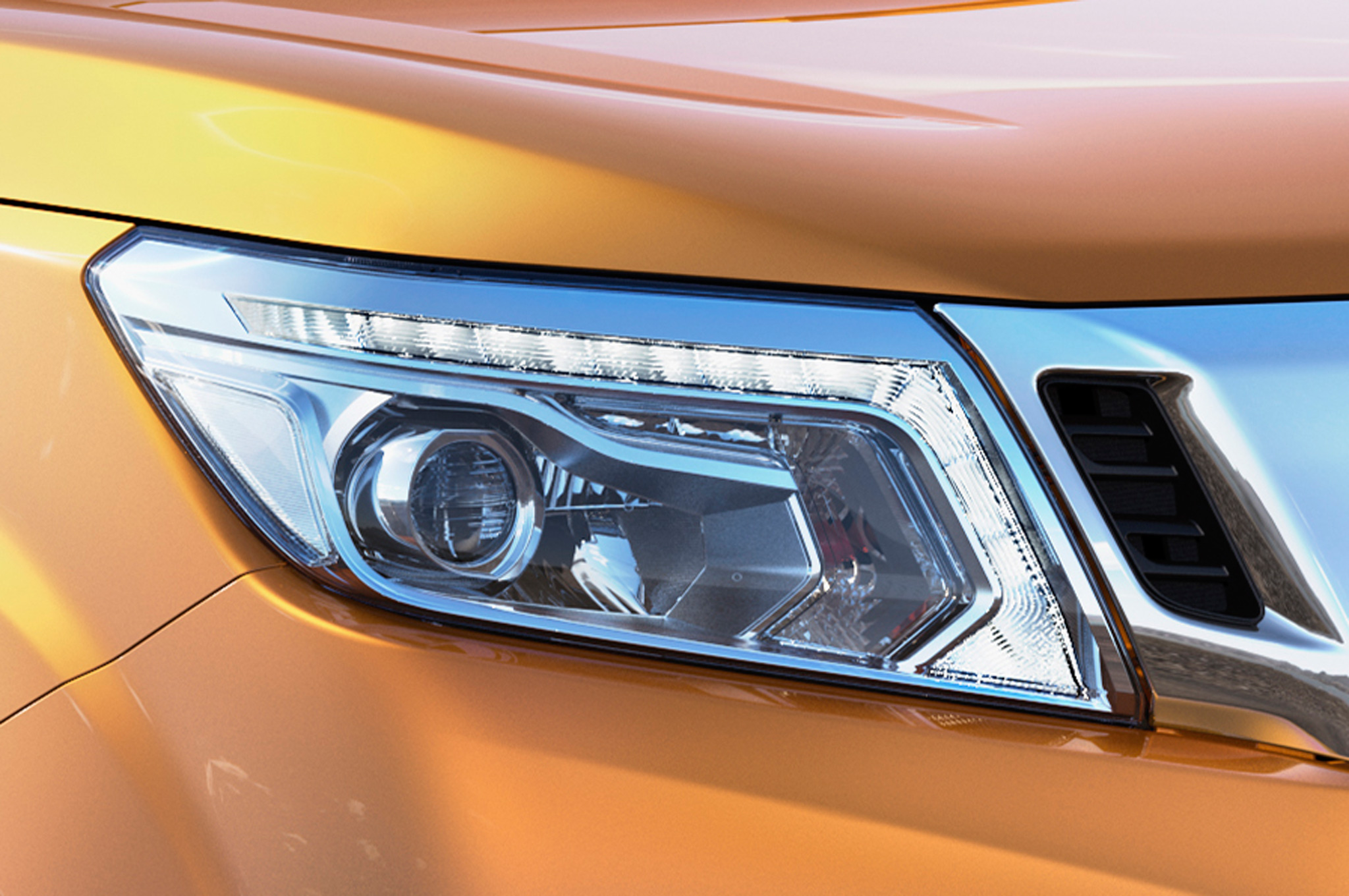 Nissan-NP300-Navara-12th-gen-headlight